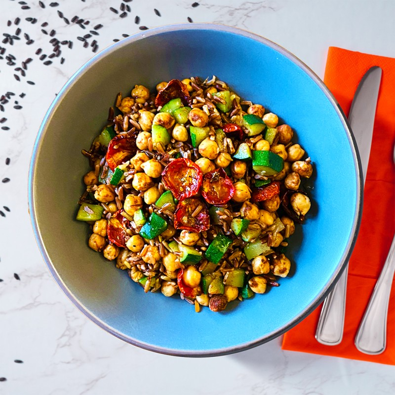 Bowl di zucchine, pomodorini, ceci alla paprika e riso rosso