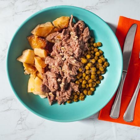 Straccetti di manzo con granella di noci, patate al forno e piselli