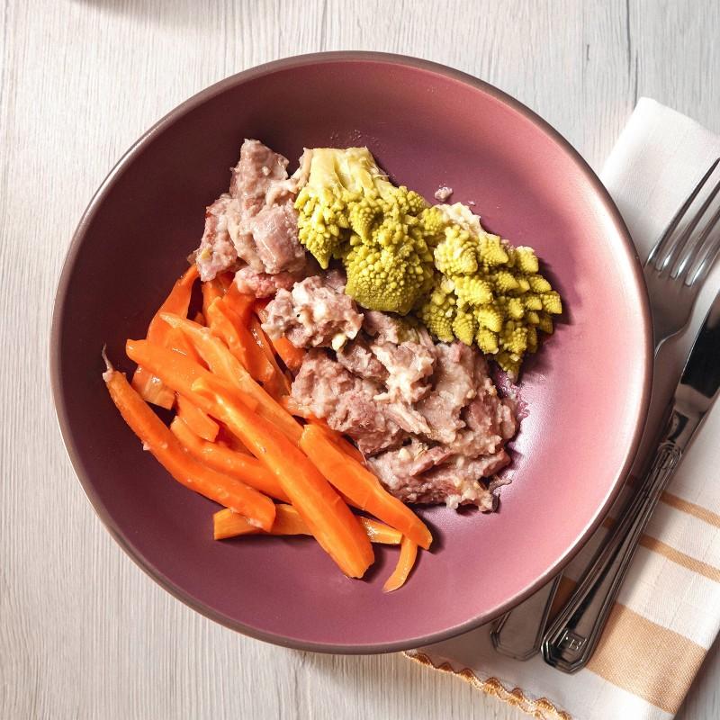 Bocconcini di tacchino alla soia con pistacchi, broccoli romaneschi e carote