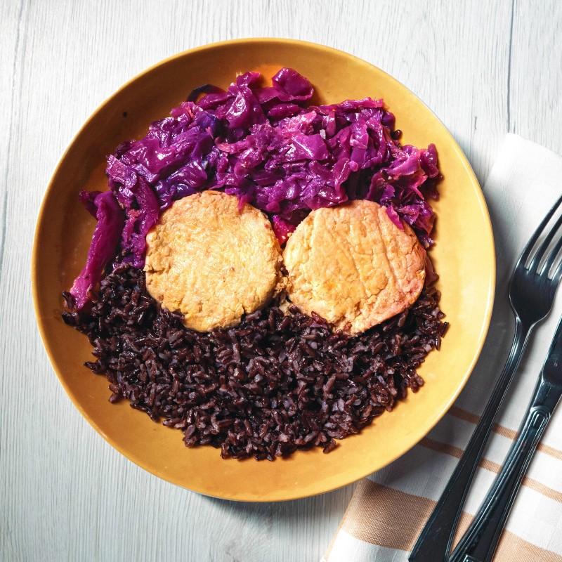 Hamburgerini vegani di ceci, limone e zenzero, riso venere e cavolo viola