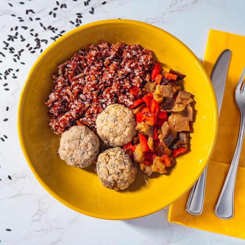 Polpette di pollo bieta e carote, riso rosso e caponatina